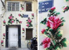 L'artista spagnola Raquel Rodrigo  ( Arquicostura ) porta la sua creatività e abilità di ricamatrice per le strade delle...