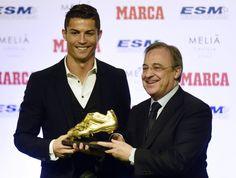 """Cristiano Ronaldo recebe terceira """"Bota de Ouro"""" e iguala Lionel Messi http://angorussia.com/desporto/cristiano-ronaldo-recebe-terceira-bota-de-ouro-e-iguala-lionel-messi/"""