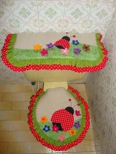 juegos de baño                                                                                                                                                                                 Más Bug Crafts, Diy And Crafts, Patch Quilt, Quilt Blocks, Toilet Decoration, Sewing Accessories, Bathroom Sets, Bathrooms, Seat Covers