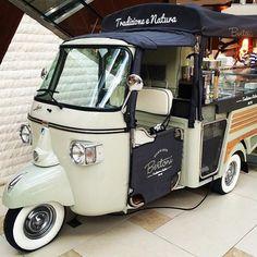 Stylish gelato cart down in Miami spotted by @betoreymunde Tacos Al Vapor, Mobile Restaurant, Mobile Cafe, Ice Cream Cart, Gelato Ice Cream, Vespa, Food Kiosk, Car Food, Food Vans