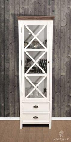 Lekkert, enkelt glasskabinett.  Farge: Hvit med natur topplate.