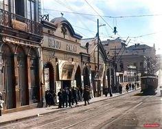 Rua de São João em 1912, onde  do lado esquerdo o Bijou Salão e o Bijou Theatre. Bonde, luminárias em tirante e elegância. Inaugurado em 1907, o primeiro cinema de São Paulo. Com capacidade para 400 espectadores, o Bijou Theatre ficava na então Rua São João – na década seguinte transformada em avenida –, na altura de onde foi erguido posteriormente o Cine Central, onde hoje é o Vale do Anhangabaú.