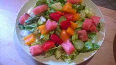 Salatherzen, rote und orange Paprika, Wassermelone, gekochter grüner Spargel und gekochte Zucchini