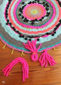 DIY woven circle rug (to reuse the rugs that the dog chewed up parts of. Yarn Crafts, Fabric Crafts, Sewing Crafts, Diy And Crafts, Arts And Crafts, Craft Projects, Sewing Projects, Circle Rug, Diy Step By Step