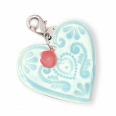 Doe je ogen dicht en denk aan lente in Parijs, een zacht briesje, liefde in de lucht, een aardig woord in je oor… Deze exclusieve Applepiepieces hanger is het allemaal net als 'de liefde'. Zo poederzacht van kleur, sterling zilver, lieve koraalbloempje, het klopt helemaal.Het porseleinen hart (45 mm) is exclusief ontworpen door Mariko Naber en handgemaakt van keihard aardewerk. Deze hanger staat, door kleur- en symboolgebruik, in het kort voor liefde, plezier en balans.