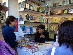Don Miguel Ruiz, autor de 'LOS CUATRO ACUERDOS' (Urano), firmando libros en la Feria del Libro de Madrid 2013. http://www.mundourano.com/index.php?id=885