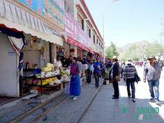 Straßenmarkt vor dem Potala-Palast in Lhasa, Tibet