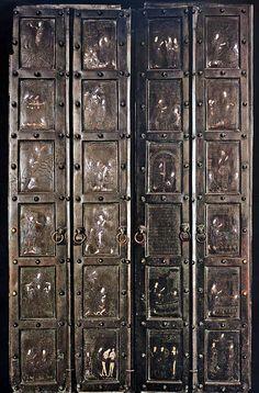 Porte bronzee di Monte Sant'Angelo al Gargano - donate alla chiesa dai mercanti Pantaleone e Mauro di Amalfi, illustrano episodi delle Scritture con la presenza di Angeli (eseguite a Costantinopoli nel 1076)
