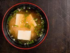 La sopa de miso es un plato japonés muy conocido y presente en la cocina macrobiótica.El principal ingrediente es el miso, una pasta aromatizada hecha con soja y sal marina. Es un plato muy antiguo que comenzó a consumirse masivamente en Japón a partir del siglo XIV.Dashi es un ingrediente básico empleado en la co
