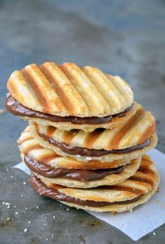 some nutella waffle sandwich cookies. Make some nutella waffle sandwich cookies. Nutella Recipes, Waffle Recipes, Yummy Recipes, Sweet Recipes, Cookie Recipes, Fast Recipes, Amazing Recipes, Healthy Recipes, Panini Recipes