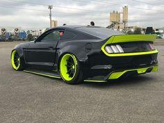 Lime and black mustang ! Lime and black mustang ! Mustang Noir, Black Mustang, Ford Mustang Car, Ford Gt, Cool Sports Cars, Sport Cars, Cool Cars, Custom Muscle Cars, Custom Cars