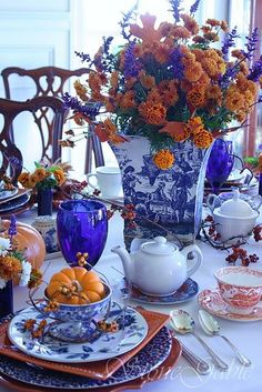 Love this blue and orange table setting. What a beautiful table setting! Thanksgiving Table, Thanksgiving Decorations, Holiday Decor, Christmas Tables, Holiday Tables, Vibeke Design, Autumn Table, Autumn Tea, Blue And White China