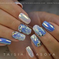Дизайн ногтей со стразами, градиент гель-лаками, волны руббер топом и пигментом Aurorra Mirror