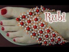 leonita hobold shared a video Beaded Beads, Beaded Shoes, Beaded Sandals, Beaded Jewelry Patterns, Beading Patterns, Beaded Bracelets, Tongs Crochet, Flip Flop Craft, Decorating Flip Flops