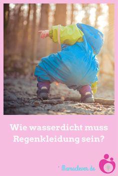 Wie wasserdicht muss Regenkleidung sein? Und wann ist Schnee- und Regenkleidung wirklich dicht? Macht es Sinn, viel Geld auszugeben oder tut es die billige Regenhose vom Discoutner auch? Mamaclever klärt auf, wo der Unterschied zwischen 1000 und 10 000 Millimetern Wassersäule liegt und warum Kinder in Regenkleidung oft so schwitzen.