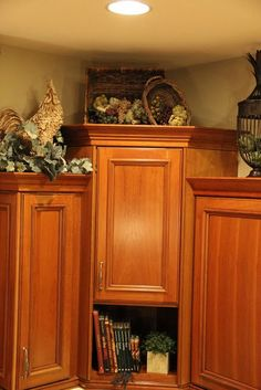 tuscany design above kitchen cabinets - Bing Decorating Above Kitchen Cabinets, Above Cabinets, Kitchen Decor, Kitchen Ideas, Cupboards, Kitchen Vignettes, Kitchen Display, Grey Cabinets, Top Of Cabinet Decor