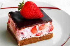 Prajitura cu blat de cacao si crema de capsuni Something Sweet, Raw Vegan, Cheesecake, Strawberry, Food And Drink, Breakfast, Desserts, Bun Bun, Cakes