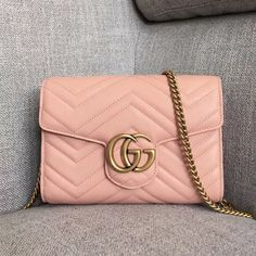 Guci GG Marmont Matelassé Mini Bag 474575 cmmatelassé chevron leather with GG on the backAntique gold-toned hardwareDouble card slots and two bill compartmentsThree separate interior compartmentsZip coin pocketRemovabl Gucci Outlet Online, Gucci Bags Outlet, Gucci Handbags Sale, Pink Gucci Purse, Gucci Mini Bag, Gucci Purses, Bag Sale, Purse Wallet, Purses And Bags