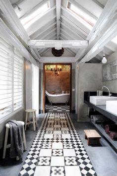 Te gekke badkamer met veel lichtinval, in zwart/wit/grijs