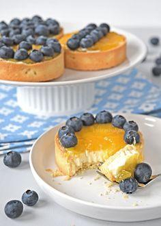 Deze zomerse blauwe bessen-citroen tartelettes zijn in een handomdraai gemaakt en een perfect eenpersoons gebakje voor allerlei gelegenheden.
