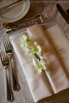 Detail of napkin fold with white orchids - 35 Beautiful Examples of Napkin Folding  <3 <3