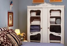 O arquiteto Diego Oliva montou seu guarda-roupa com araras metálicas e gaveteiros do ex-apartamento. No lugar de portas, pôs a cortina de voile preto