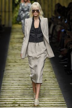 Max Mara Spring 2017 Ready-to-Wear Fashion Show - Marjan Jonkman