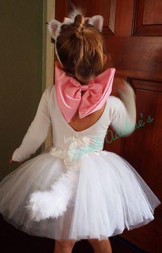 Aristogatas: vestido branco, laço rosa, orelhinhas de gato (make de pref tbm, mas tua escolha) e compra uma daquelas plumas branca corta e poe no vestido pra ser o rabo!