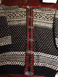 Setesdal kofte med telemarks bånd Big Knit Blanket, Jumbo Yarn, Big Knits, Knit Pillow, String Bag, Vintage Knitting, Knitted Bags, Knitting Designs, Cool Patterns