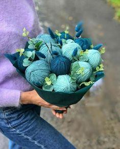 Creative Gift Baskets, Creative Gifts, Bunch Of Flowers, Diy Flowers, Diy Gifts, Handmade Gifts, Flower Box Gift, Woolen Craft, Crochet Mug Cozy