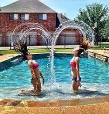 Resultado de imagem para fotos tumblr na piscina de duas meninas