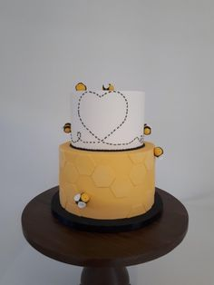 I couldnt Beelieve how nice that other Bee cake was so I wanted to show yall my Bee cake. Bee Birthday Cake, 40th Birthday, Bee Hive Cake, Fondant Bee, Lemon Flowers, Bee Cakes, Creative Cakes, Let Them Eat Cake, Baby Shower Cakes