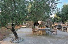 Entre oliviers et murets de pierre sèche, la pajara a repris vie. Dans cette harmonie agreste du Salento, les espaces extérieurs se fondent dans le paysage. La terrasse, comme le veut la tradition, s'illumine d'anciennes décorations de village restaurées par Fratelli Parisi à Taurisano.