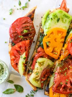 Grilled Garlic Herb Butter Pizza with Heirloom Tomatoes: This heirloom tomato pizza starts with a grilled garlic herb butter crust! Melty herb butter and sliced fresh tomatoes top it off for a delicious bite! Summer Recipes, Easy Dinner Recipes, Easy Meals, Cooking Recipes, Healthy Recipes, Pizza Recipes, Dinner Entrees, Summer Entrees, Pizza