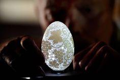 Met neme: een ei, een piepkleine boor en een heleboel geduld. Zo gaat de Sloveense kunstenaar Franc Grom te werk wanneer hij deze prachtige, en kwetsbare,