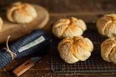 S receptom na sezamové kaiserky z kvásku vás Naty krok po kroku úspešne povedie receptom a vy upečiete nadýchané pečivo z kvásku.