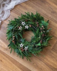 """Alena 🕊 na Instagramu: """"Věnec na vchodové dveře nakonec zůstal takovýto. 🌲 Jednoduchý, přírodní.... ~ Původně jsem myslela, že zajedu dokoupit ještě další…"""" Winter Christmas, Christmas Time, Christmas Wreaths, Christmas Decorations, Holiday Decor, Advent Wreath, Nature Crafts, How To Make Wreaths, Xmas Tree"""