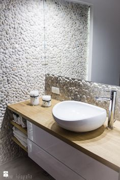 pebbles wall in bathroom / Pared de piedritas en baño