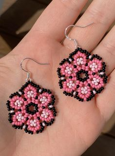 Pink and black little seed bead earrings. Measurement of flower (not including earrings hook): L 1 inch // W 1 inch Beaded Earrings Native, Beaded Earrings Patterns, Seed Bead Earrings, Diy Earrings, Bracelet Patterns, Beaded Necklace, Beaded Bracelets, Seed Beads, Bracelets