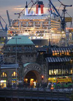 Hamburg Landungsbrücken mit Queen Mary 2 im Dock