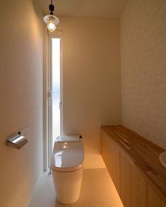 トイレは落ち着く感じにするといいです。 でも、男性は長居したくなっちゃうかも。 #グランハウス#設計事務所#intelimia #トイレ#間接照明#造作収納#トイレ洗面 #ペンダントライト#トイレ雑貨#アラウーノ #注文住宅住宅#間取り#新築