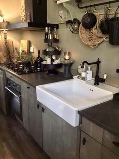Hallo lieve binnenkijkers! Eindelijk durf ik ook mee te doen. Ongeveer een jaar geleden nodigde Benita mij uit voor de … Double Vanity, Kitchen Decor, Shabby Chic, New Homes, Kitchen Cabinets, Living Room, Sober, Interior, House