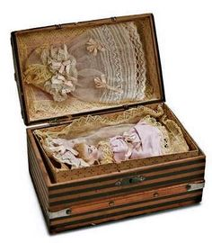 Doll trunk with clothing: