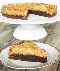 Drömgod chokladkladdkaka med ett täcke av ljuvlig kokostosca!