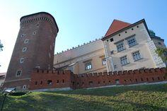 Krakowski Wawel, jako przykład fortyfikacji cytadelowej. W tym jednak wypadku, jeśli Wawel miał stać na straży porządku w Krakowie, to był to jedynie cel dodatkowy. Austriackie fortyfikacje od początku przybrały obraz pasa stałych umocnień, pierścienia fortów zwróconych obronnie przeciwko zewnętrznemu zagrożeniu, z graniczącej w pobliżu rosyjskiej Kongresówki.