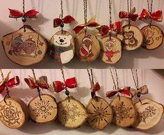 Set de 6 bucati realizate pe felii de trunchi de brad reciclat. Aspectul este rustic cu imperfectiuni naturale ce dau o nota autentica. Sunt pirogravate, colorate si au vagi tuse de gliter. Dimensiunile sunt cuprinse intre : 6-10cm in diametru si 1- 2cm in grosime. woodynamics@yahoo.com Christmas Bulbs, Holiday Decor, Home Decor, Decoration Home, Christmas Light Bulbs, Room Decor, Home Interior Design, Home Decoration, Interior Design