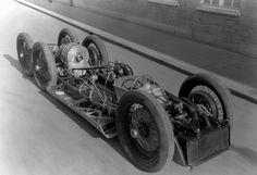 Das Chassis des Rekordwagens T80. Gut zu sehen sind auf diesem Foto die vier hinteren Räder, die von dem Flugzeugmotor angetrieben wurden. Die Konstruktion des Rekordautos war von Mercedes an das Ingenieursbüro von Ferdinand Porsche übertragen worden.