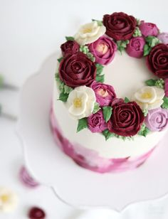 Learn how to make a buttercream flower wreath cake with roses, ranunculus and camellias with this easy cake decorating tutorial by Sugar & Sparrow Cake Decorating Piping, Birthday Cake Decorating, Cake Decorating Supplies, Cake Decorating Techniques, Cake Decorating Tutorials, Buttercream Flowers Tutorial, Buttercream Cake Designs, Buttercream Flower Cake, Frosting