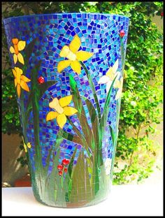 Mosaic vase with daffodils Mosaic Planters, Mosaic Garden Art, Mosaic Tile Art, Mosaic Vase, Mosaic Flower Pots, Mosaic Artwork, Pebble Mosaic, Mosaic Art Projects, Mosaic Crafts