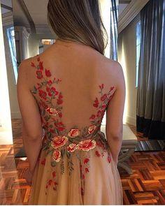 WEBSTA @ fashionistaoverdose - A delicadeza está nos detalhes ✨.....#vestido #vestidos #statement #vestidodefesta #fashion #moda #modafeminina #modablogueira #modaparameninas #modaparamulheres #princesa #princess #altacostura #gown #gowns #statementdress #transparencia #vestidotule #tule #tulebordado #tulle #tulledress